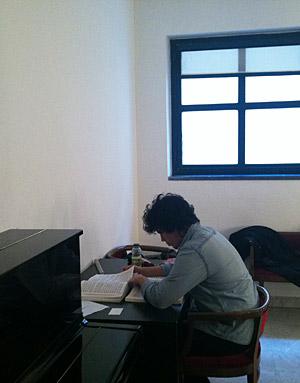 Batti@Carloferice(楽屋で勉強中)