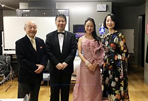 [写真]左から池辺晋一郎氏、上杉春雄氏、檀ふみ氏、幸田浩子