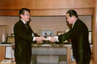 2月5日 本庄市役所にて行われたチャリティ贈呈の様子