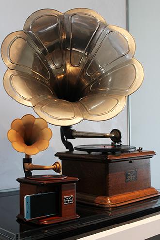 「インテリア蓄音器」(手前)と「ニッポノホン35号」